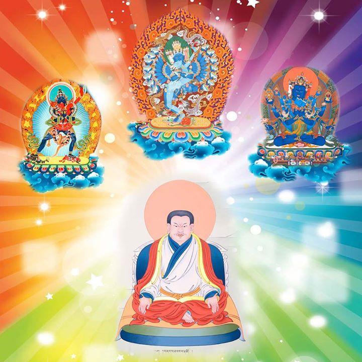 Giữa đại chúng, Marpa biểu lộ thành những hình tướng hộ Phật Hô Kim Cương (Hevajra), Thắng Lạc Luân Kim Cương (Chakrasamvara), Bí Mật Tập Hội Kim Cương (Guhyasamaja) và những pháp khí: chuông và chày kim cương, bánh xe uy quyền, hoa sen, thanh kiếm, ba chữ OM, AH, HUM màu trắng, đỏ và xanh, và đủ mọi ánh sáng thấy được và không thấy được